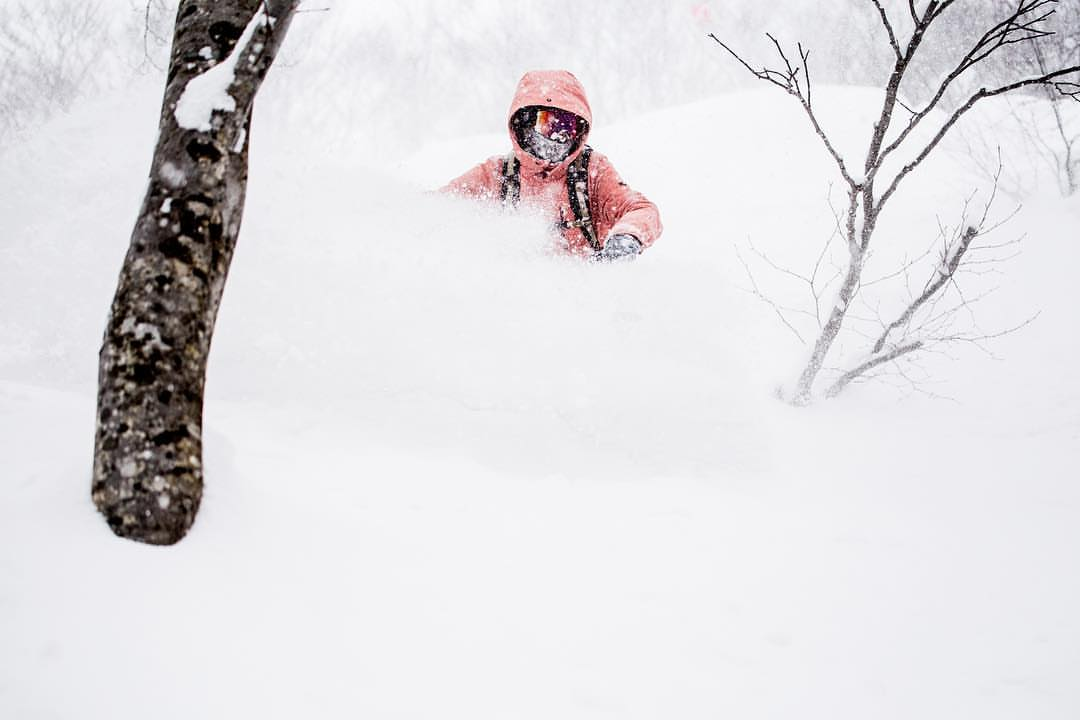 girl powder turn in Hakuba with First Tours